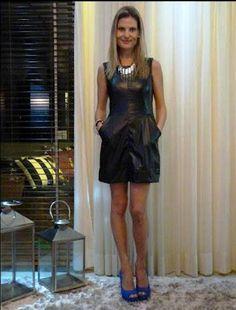 d55d3fc514 Ana Bauer com lindo vestido de couro preto e sapatos na cor azul Klein Bic  e maxi colar