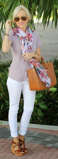 Witte broek, khaki simpel shirt, maar leuk met de gebloemde sjaal en schoenen.