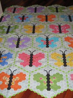 Butterfly Hexagon Quilt (made from fabric -- inspiration only NO pattern Butterfly Quilt Pattern, Hexagon Quilt Pattern, Hexagon Patchwork, Quilt Patterns, English Paper Piecing, Quilting Projects, Quilting Designs, Quilting Tutorials, Quilt Making