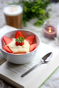 Bookworm Breakfast • Strawberry Breakfastbowl • Grießpudding • Erdbeerzeit