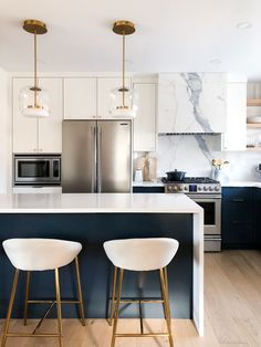 Fresh And Chic Kitchen Design With Navy Blue Cabinetry And Under Island Accent C… - Modern Kitchen Design Small, Fresh Kitchen, Kitchen Remodel, Condo Kitchen, Kitchen Design, Kitchen Design Open, Chic Kitchen, Kitchen Room Design, Kitchen Interior
