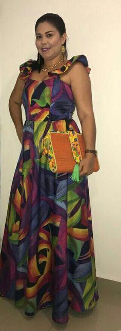 Lira Cohen. Diseños Únicos. Vestido y cartera de LiCo accesorios.