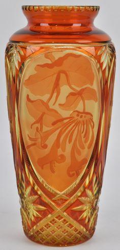 Val St Lambert Vase 'Viennois' en cristal d'urane taillé riche avec des ovales dégagé à l'acide ( Fluoval) décor floral - Modeste Denoël vers 1922-1926. Cristaux de Fantaisie