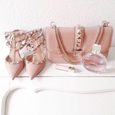 bag bags and purses purse studs shoes studded bag chain bag valentino nude heels pink heels pink bag lipstick our favorite accessories 2015 Valentino Garavani, Valentino Shoes, Valentino Clothing, Valentino Black, Look Fashion, Fashion Bags, Fashion Shoes, Fashion Hub, Pink Heels