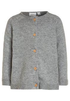 ¡Consigue este tipo de chaqueta de punto de Name It ahora! Haz clic para ver los detalles. Envíos gratis a toda España. Name it NITDIABLE CARD BABY Chaqueta de punto grey: Name it NITDIABLE CARD BABY Chaqueta de punto grey Ropa     Material exterior: 60% algodón, 30% poliamida, 10% lana   Ropa ¡Haz tu pedido   y disfruta de gastos de enví-o gratuitos! (chaqueta de punto, wool-blend, tweed, knit, rebeca, rebecas, rebequitas, lana, strickjacke, chamarra tejida, veste au tricot, giacca lav...
