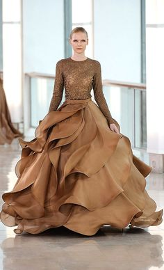 View the latest Spring 2015 haute couture eveningwear collection from Stephane Rolland. Browse photos of evening gowns by Stephane Rolland. Couture 2015, Style Haute Couture, Spring Couture, Couture Fashion, Runway Fashion, Haute Couture Skirts, Paris Fashion, Couture Dresses Gowns, Couture Ideas
