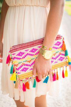 neon tassel clutch - what a fun accessory(Diy Bag Boho) Diy Fashion, Fashion Bags, Dress Fashion, Fashion 2018, Fashion Outfits, Boho Bags, Mode Inspiration, Handmade Bags, Clutch Purse