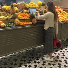Vai uma frutinha aí? Essa kombi cheia de frutas é cenário do @lagrandeepicerie . Programa imperdível para quem gosta de comidinhas.☝️Por aqui tudo é impecavel, charme em todos os detalhes e zilhoes de produtos bacanas de várias nacionalidades. O supermercado faz parte do @lebonmarcherivegauche  #thefashionhall #tfh #DuplinhaEmParis #LilaComilona #LilaRecomenda