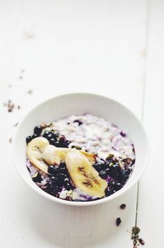 Cheating on my beloved smoothie bowls – CREAMIEST bluleberry porridge with baked banana