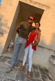 Victoria Beckham poses with her lookalike sister Louise Adams in Italy Moda David Beckham, David Y Victoria Beckham, David Beckham Style, Victoria And David, Victoria Beckham Style, Spice Girls, Beckham Instagram, Red Cami Tops, Fashion Line