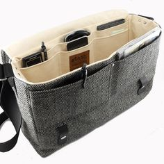 Larger 13 laptop messenger bag with leather strap by MooseAndPineItems similar to Camera + tablet messenger bag - gray herringbone on EtsyI feel like I could fit sooo much in this bag!new favourite camera bag - can't have to many of these. Laptop Messenger Bags, Laptop Backpack, Backpack Bags, Messenger Bag Patterns, Laptop Bags, My Bags, Purses And Bags, Branded Bags, Fashion Bags