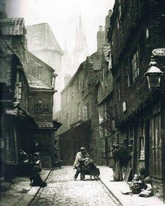 Street Life in London from the Victorian Era These incredible snapshots of life… Victorian London, Vintage London, Victorian Street, Victorian Life, Old London, London 1800, East End London, Victorian Photos, Victorian Ladies