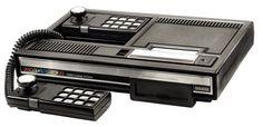 """1982, soit très peu de temps avant le fameux krach du jeu vidéo (1983) qui changea ce monde, fut la date de sortie de la Colecovision ou CBS Colecovision (pour l'Europe). Mythique, car elle fut la première console où fut porté """"Donkey Kong"""" et aussi car elle permettait de lire les jeux Atari 2600. Relativement commune, la console se trouve encore aujourd'hui, mais rarement complète."""