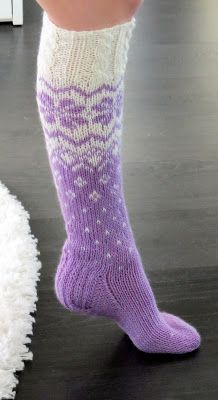 Life with Mari: Kuviolliset palmikkosukat Woolen Socks, Cozy Socks, Knitting Socks, Sewing Hacks, Mittens, Knitting Patterns, Fashion Accessories, Textiles, Crochet