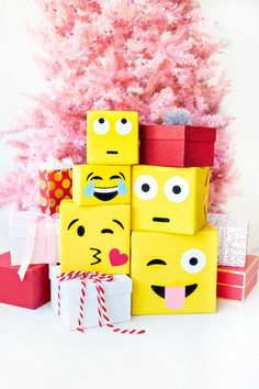 It started off with just cute smiley faces and turned into a huge trend called emojis. These DIY emoji craft ideas will help you expand your creativity. Creative Christmas Gifts, Christmas Gift Wrapping, Creative Gifts, Kids Christmas, Emoji Christmas, Opening Christmas Presents, Gift Wraping, Creative Gift Wrapping, Gift Wrapping Ideas For Birthdays
