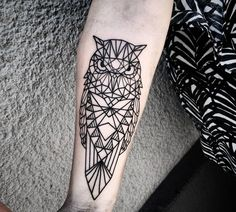 geometric-tattoos-Motiv-Bedeutung-Eule-unterarm