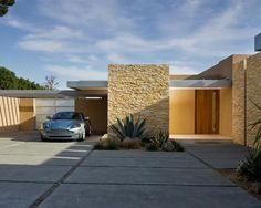 Fachada de casa com muro de pedra