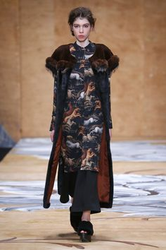 See the complete Alena Akhmadullina Russia Fall 2016 collection.