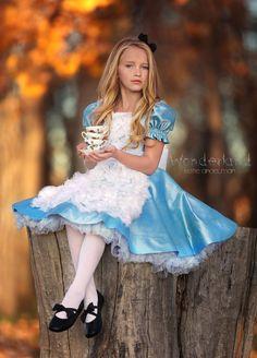 Fantasy Photography, Children Photography, Princesa Alice, Alice Cosplay, Girls Dresses, Flower Girl Dresses, Fantasias Halloween, Alice In Wonderland Tea Party, Princess Photo