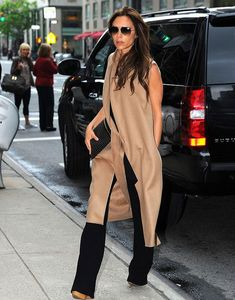 Victoria Beckham's aviator sunglasses, tan sleeveless coat, brown wedge sandals, and black clutch handbag that she wore in New York Mode Chic, Mode Style, Look Fashion, Womens Fashion, Fashion Trends, Fashion Design, Victoria Beckham Stil, Victoria Beckham Fashion, Casual Chic Outfits