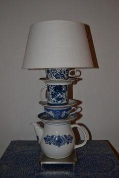 een lampekapje en oud servies maakt een creatie! zooo leuk!! Homemade Lamps, Tea Pots, Table Lamp, Vase, Lighting, Pattern, Kobalt, Design, Cups