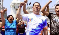 Salvador Heresi canta ante usuarios del Metropolitano para captar votos