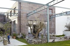 HOME & GARDEN: Ambiance industrielle et chaleureuse près de Lille - Exterior material mixing - Weathered wood and steel