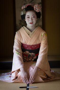 "oiran-geisha: ""The maiko Komako bowing. (Source) """