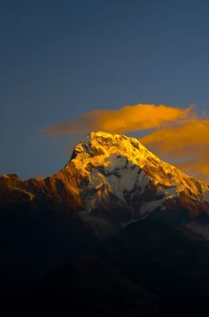 Foto: Sunrise over the Himalayas. Not a bad view to wake up to every morning while volunteering in Nepal.  Photo by Trent Matthews in http://www.mappingmegan.com/pros-and-cons-of-volunteering-work-exchanges/