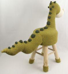 Dieren kruk dino Haakpret Crochet Art, Crochet Home, Cute Crochet, Crochet For Kids, Crochet Animals, Stool Covers, Crochet Dolls Free Patterns, Crochet Cushions, Loom Knitting
