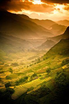 Les plus beaux couchers de soleil dans le désert ou en montagne Places To Travel, Places To See, Places Around The World, Around The Worlds, Beautiful World, Beautiful Places, Amazing Places, Vietnam Voyage, Sa Pa Vietnam