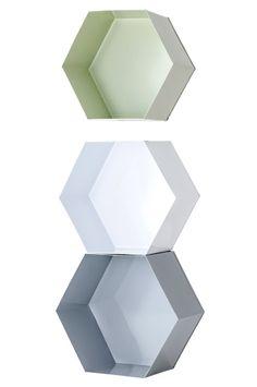 Ellos Home Vägghylla Hexagon, 3-pack, 299 kr. lackad metall. Stor 30x27x14 cm, mellan 28x25x14 cm och liten 26x23x14 cm.
