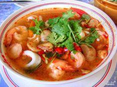 Тайский суп Том KXA   Рецепт приготовления тайского супа из куриного бульона, кокосового молока, креветок, шампиньонов, лимона, чили, чеснока и имбиря. Суп Том KXA – визитная карточка азиатской кухни. Описание приготовления: Суп готовится на основе куриного б�