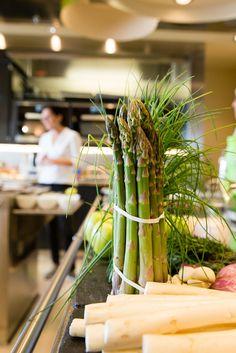 SURPRISE ||In der Kochschule der EUROPA 2 lässt Sterne-Köchin Sybille Schönberger die Gäste einen Salat aus rohem Spargel zubereiten. || A salad from uncooked aspargues is the starter prepared by guests in the EUROPA 2 cooking school. r. || SOUL KITCHEN Entspannen und genießen auf der Kreuzfahrt nach Kopenhagen / SOUL KITCHEN Relax and enjoy on the cruise to Copenhagen. Foto: © Hapag-Lloyd Cruises