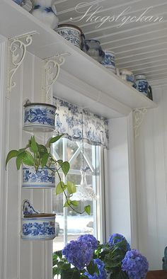 Blue and white cottage-style kitchen. Like the shelf over kitchen window held up by metal brackets Cottage Living, Cottage Style, Home Interior, Interior Design, Muebles Shabby Chic, Vibeke Design, Window Shelves, Shelf Over Window, Box Shelves