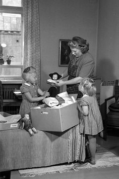 """Why Finnish babies sleep in a box. """"It's a way for parents to know their children are important and equal."""" Mother and daughters look at a pack from 1947 Infant Mortality, Mortality Rate, Baby Box, My Heritage, Baby Sleep, Breastfeeding, Parenting Tips, Maternity, Childhood"""