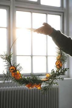 DIY: Julkrans med torkade apelsinskivor - Trendenser - Food for thought Minimalist Christmas, Nordic Christmas, Christmas Mood, Noel Christmas, Simple Christmas, Christmas Wreaths, Christmas Crafts, Christmas Makeup, Advent Wreaths