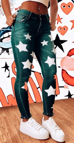 I would wear the star jeans, ⛧usually I don't like any decals or embroidery designs on my jeans. Mode Outfits, Trendy Outfits, Summer Outfits, Fashion Outfits, Beach Outfits, Fall Outfits, Painted Jeans, Painted Clothes, Diy Vetement