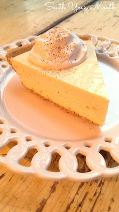 This super easy recipe uses real eggnog and sets up like a no-bake cheesecake. This is a must-have for your Christmas dessert table! dit lijkt me zo vreselijk lekker. No Bake Desserts, Just Desserts, Delicious Desserts, Dessert Recipes, Yummy Food, Dinner Recipes, Yummy Recipes, Recipies, Eggnog Pie