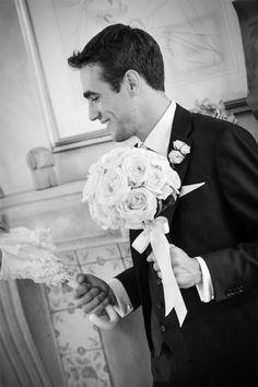 Elgante groom with bridal bouquet Sposo con bouquet www.taniamuser.com