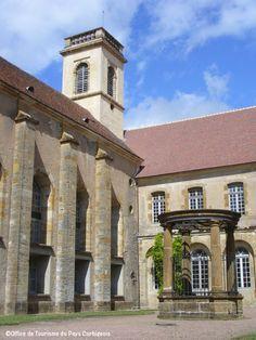 Le puit de la cour centrale et le clocher de l'ancienne chapelle de l'abbaye de Corbigny !