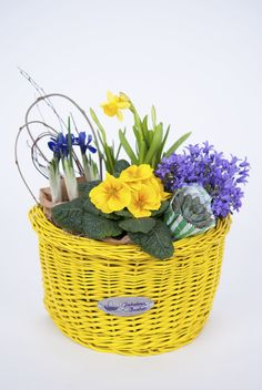 Bike basket and flower basket, two in one. This is what we call a Fabulous Baskets gift idea. Info & Orders: contact@fabulousbaskets.ro http://fabulousbaskets.ro/cosuri-bicicleta/cos-semicerc-galben-cu-aranjament-floral