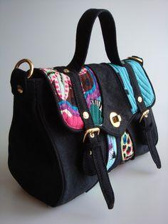 Bolsa feita de lona estonada e detalhe em tecido de algodão importado. R$85,00