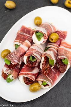Prosciutto Caprese Bundles by vikalinka: Fresh mozzarella, sun-dried tomatoes and basil leaves wrapped in prosciutto. Perfect holiday bites! #Appetiaers #Prosciutto #Mozzarella #Tomatoes
