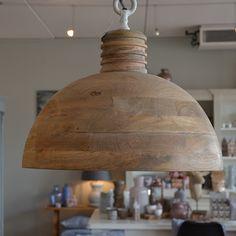 Prachtige hanglamp gemaakt van hout en voorzien van stoere ketting.  Diameter: 50 cm (Ook te verkrijgen in 40 cm)