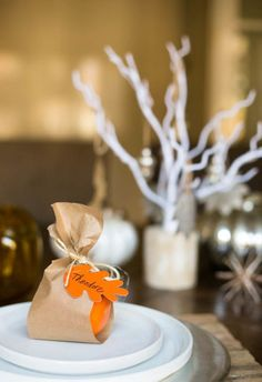 Wrap an orange in kraft paper for a sweet fall place card that guests can take home as a favor. Click through to get the tutorial and see more easy DIY Thanksgiving place cards! #thanksgivingplacecardsdiy #thanksgivingplacecardideas #easythanksgivingplacecards #thanksgivingplaceholdersdiy