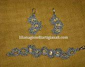 parure composta da orecchini e braccialetto lavorata con metodo chiacchierino e cristalli Swarovski