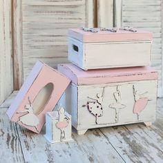 W komplecie raźniej i  taniej : Duży komplet dodatków do pokoju, ręcznie malowany, drewniany, ozdobiony roztańczonymi baletnicami. W jego skład wchodzą: 1 pudełko zamykane 30x20x14 cm kufer 35 x 25 x 25 cm chustecznik 24,5x12,5x 9 cm pudełko na przybory do pisania 17 x 8,5 cm. Istnieje możliwość zamówienia kompletu złożonego z części tych produktów.. Termin realizacji zamówienia to 5-6 dni.