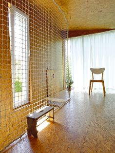 Poschodí je od podlahy až po strop celé obalené do OSB desek. Dostatek slunečního světla, které sem proniká velkým prosklením, vytváří vkombinaci sdřevěnou hmotou desek − navzdory strohému zařízení – příjemnou, útulnou atmosféru. FOTO: DANO VESELSKÝ