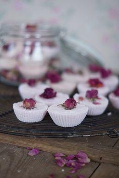 Kodin Kuvalehti – Blogit   Ruususuu ja Huvikumpu – Parhaat kotikosmetiikka reseptit. Tee itse ihanat joululahjat! Homemade Cosmetics, Diy Beauty, Panna Cotta, Diy And Crafts, Ethnic Recipes, Desserts, Food, Christmas Ideas, Makeup